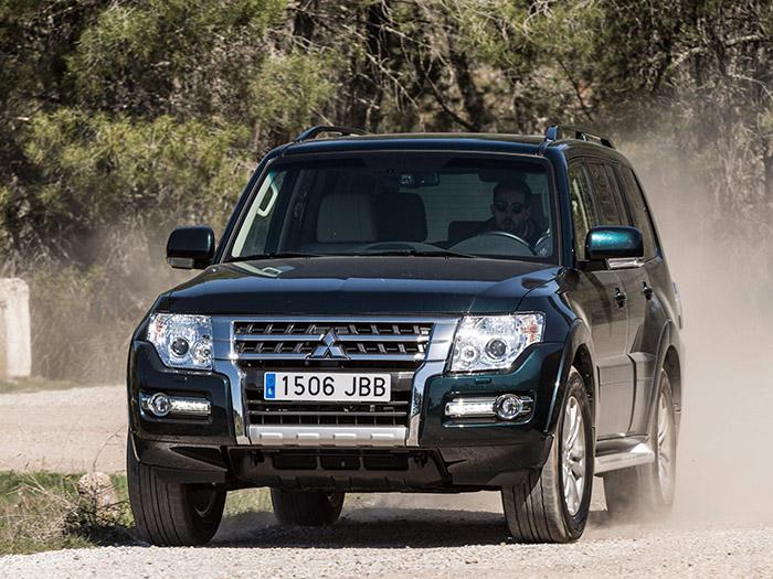 Por un camino de tierra en buen estado, como el de la foto, se puede circular sólo con propulsión trasera si se va a paso moderado, o con 4WD si se pretende ir algo más rápido.