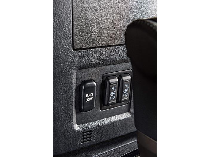 En la parte inferior de la consola central vertical, y junto a los interruptores de los asientos calefactados, va la tecla para bloquear el diferencial trasero, en caso de adherencia muy precaria.