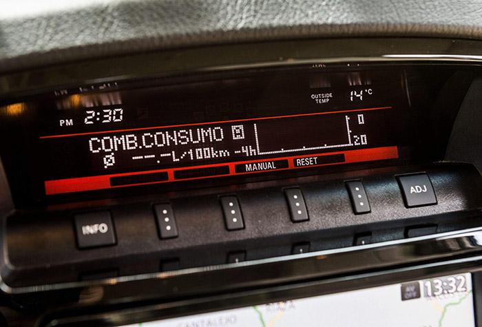 Como es habitual en un Mitsubishi, hay bastantes cosas atípicas: el ordenador parece complicado, pero una vez que se les coge el aire a los botoncitos, da mucha información y de forma razonable.
