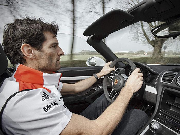 Mark Webber ha cambiado de montura, aunque no de marca ni denominación (Spyder ambos). Sin duda ahora va más cómodo, aunque quizás no se divierta tanto al volante, por mucho que éste último le guste.
