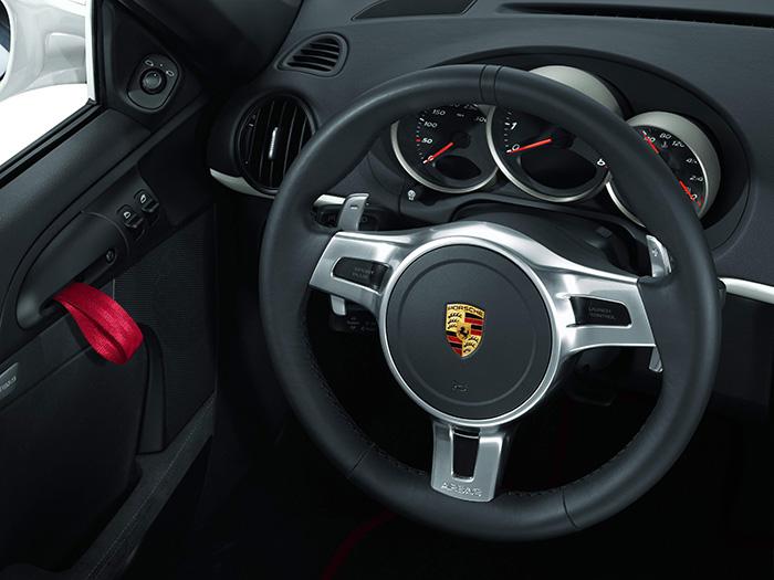 Este es el volante que, dentro de su modernidad, le encanta por su sencillez a Webber: al margen del pulsador de la bocina en el centro, bajo el que se aloja el airbag, no hay ningún otro mando en su cubo ni en sus radios: sólo para conducir, sin interferencias.