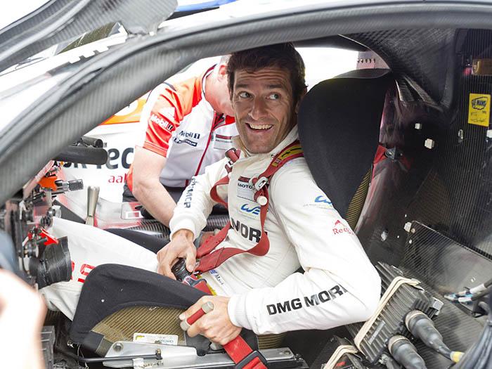 """En el Goodwood Festival of Speed de 1914 las cosas cambian; Mark Webber se embute en el """"bucket seat"""" de un semi-clásico: el 911 GT-1 (cosecha 1998, delatado por la pegatina amarilla de verificación) que Alan McNish llevó a la victoria en Le Mans (copilotado por Aiello y Ortelli), y se abrocha (como nos gusta a JotaEme y a mí) un arnés que le dejará pegado al asiento. Y luego encastrará el volante (abierto por arriba) que reposa en lo alto del salpicadero."""