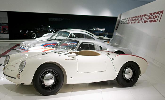 """En el Museo Porsche se conserva el prototipo original del 550 """"de serie"""", con parabrisas """"cortavientos"""" pero a todo lo ancho, e incluso tapacubos cromados; pero ya con el tapón de repostaje de llenado rápido situado directamente sobre el depósito, por delante del habitáculo."""