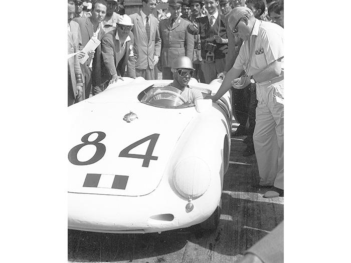 """La gran campanada, en 1956: Umberto Maglioli, al volante de este 550A de 135 CV, 515 kilos y ya con cinco marchas, fue el vencedor absoluta de la Targa Florio siciliana. Completó él solo, en ocho horas y sin compartir volante con nadie, la """"machada"""" (o locura) de cubrir los 720 km de las 10 vueltas al circuito de las Madonie, sin parar más que para repostar, y ni siquiera cambiar neumáticos (unos sin duda duros Continental de competición). Promedio: 91 km/h, por montañosas carreteras secundarias (¡y qué carreteras!, en aquella época)."""