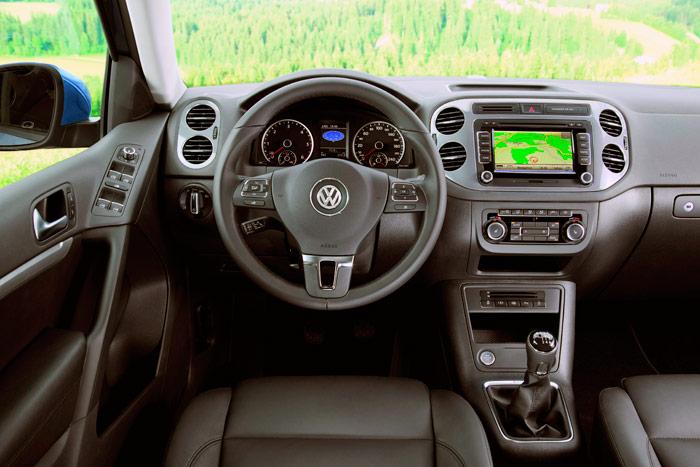 Como ya se ha dicho en múltiples ocasiones, la estética del interior de un VW no sorprende en absoluto, puesto que hay un indudable aire de familia en todos ellos, desde el Polo al Touareg; si acaso, en el Tiguan, dado el tamaño (sobre todo altura) disponible en el salpicadero, las ocho salidas circulares de la climatización son más generosas.