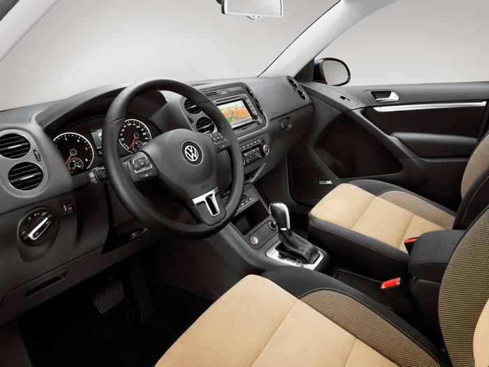 """Aquí tenemos una visión completa del salpicadero, y parcial de los asientos, todo ello combinado con una transmisión DSG. Tratándose de un VW no extraña; pero si no se conociese la marca, daría la impresión de que se trata de un coche muy """"serio""""."""