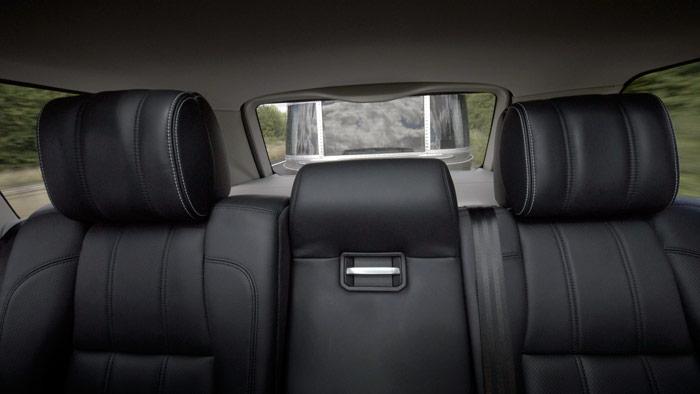 Esta es la limitadísima visión que tendría el conductor en el caso anterior a través del retrovisor interior. Los espejos laterales -de preferencia montados en soportes tubulares- serían imprescindibles, tanto legalmente como por evidente seguridad.
