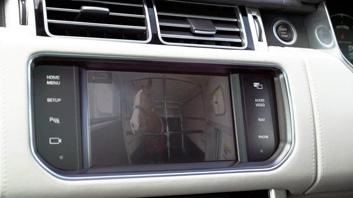 La app Cargo Sense –conectada a la pantalla de infotainment- permite tener controlado al caballo en todo momento; en especial, si ha saltado la alarma que indica que ha habido un desplazamiento importante de su posición, o señales de que el animal se ha puesto nervioso.
