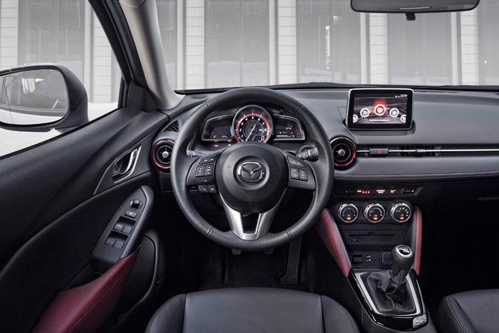 También en el interior se respira un aire inconfundiblemente Mazda; sobre todo tomando como referencia el Mazda-2, con el que se comparte no sólo plataforma, sino buena parte del equipamiento interior.