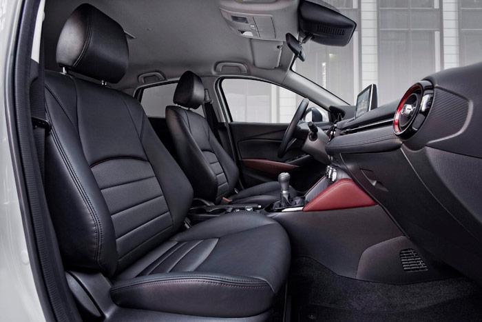 Como es habitual en Mazda, el interior resulta discreto, nada agobiante y con unos asientos que ofrecen buena sujeción lateral.