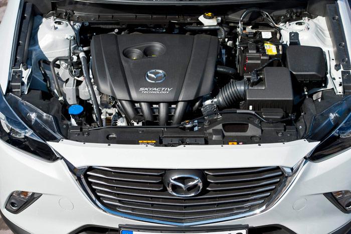 Aspecto del vano motor en el caso de la gasolina; en Mazda se conforman con un carenado bastante parcial del motor, dejando (dentro de lo que cabe) una aceptable accesibilidad a lo poco que se puede tocar en una mecánica actual.