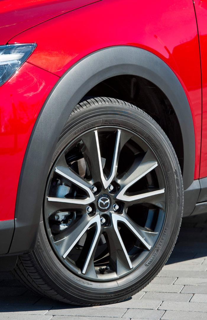 Aunque siguen la pauta de utilizar llantas de un diámetro innecesariamente grande para los frenos que montan, al menos Mazda tiene la perspicacia de jugar con dicho diámetro y el perfil del neumático, pero manteniendo siempre la misma anchura de sección, y un diámetro total casi constante, que no modifique apenas los desarrollos.