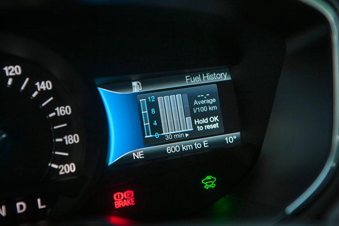En la pantalla del lado contrario, tenemos en el Mondeo el histórico de consumo de gasolina, así como otras informaciones más o menos valiosas, en función de la curiosidad del conductor.