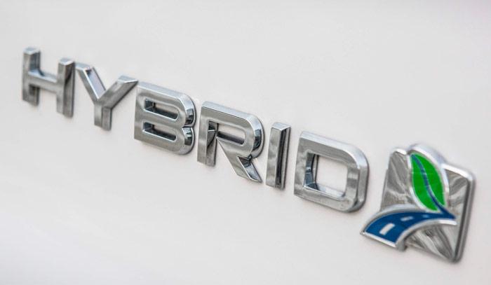 En ambas puertas delanteras del Mondeo, así como en la zona derecha del portón, se indica a las transeúntes (y a un coche que nos siga demasiado de cerca) que se trata de un Ford con propulsión híbrida.