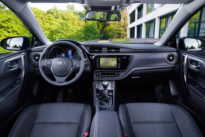 """El interior del remozado Auris se puede considerar bastante clásico y sin estridencias. Con el paso de los años y de sucesivas generaciones, se ha ido convirtiendo en un coche """"serio"""""""