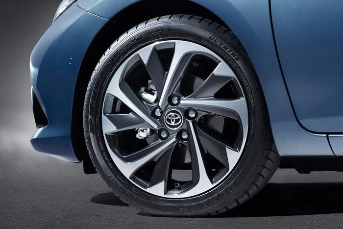 Las dos unidades probadas montaban este equipo de neumáticos sumamente deportivos, en medida 215/45-17.