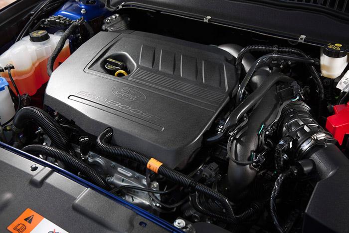 He aquí (debajo del caparazón de plástico) el motor EcoBoost, en este caso instalado en un Mondeo. Tiene que ser el de 160 CV; pero seguro que el aspecto externo de los de 150 o 182 CV es idéntico.
