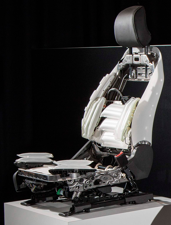 El Mondeo dispone de dos detalles de confort/seguridad dignos de subrayar: el cinturón trasero hinchable (mixto como airbag) y este asiento tan complicado, pero muy regulable, confortable y con excelente sujeción.
