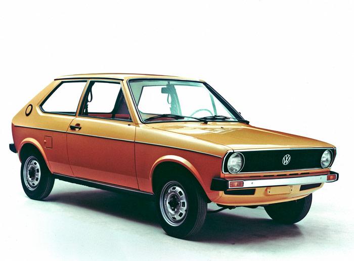 En realidad, el primer Polo no era un auténtico diseño de VW, sino una variante del Audi 50, que fue descontinuado en 1979, a fin de dejarle el campo libre en el terreno del coche mínimo a VW, y reforzar la imagen de Audi como marca de mayor lujo. Una teoría que, al cabo de los años, ha sido invalidada con la aparición del Audi A1.