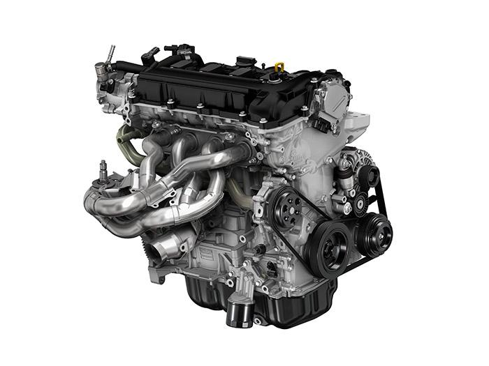 Muy pocos motores producidos en gran serie pueden presumir, como los Mazda de gasolina, de disponer de un colector de escape en tubos de chapa de diseño 4-2-1 con longitudes igualadas gracias al diseño tortuoso de su recorrido, para optimizar los fenómenos de resonancia.