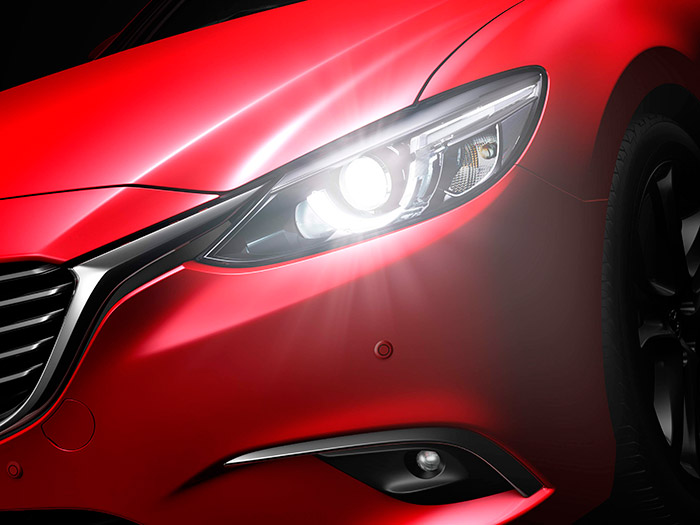 Los modernos proyectores de xenón son de un tamaño muy pequeño; pero cuando su orientación vertical y horizontal se gestiona de forma tan refinada como en el Mazda-6, no se echan en falta los todavía más modernos de LEDs (salvo quizás por su todavía más económico consumo eléctrico).