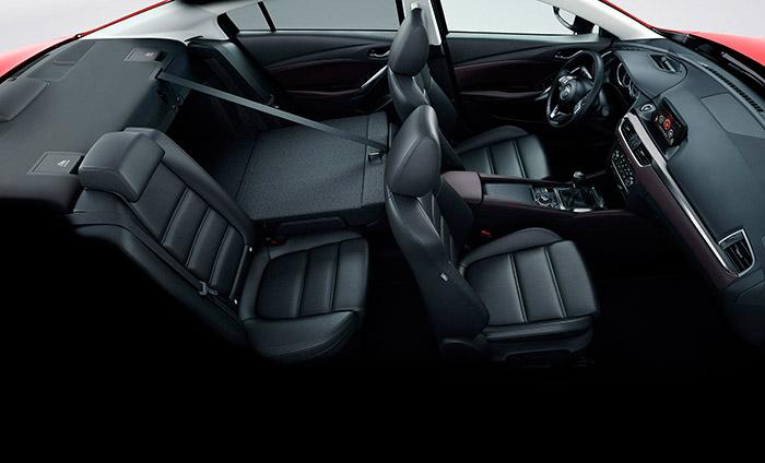 El habitáculo del Mazda-6 es amplio y muy confortable, pero de aspecto discreto; la modularidad 60/40 del respaldo posterior le confiere (como a la mayoría de las berlinas actuales) un plus de practicidad para cuando hay que transportar alguna impedimenta voluminosa, pero conservando tres o incluso cuatro plazas.