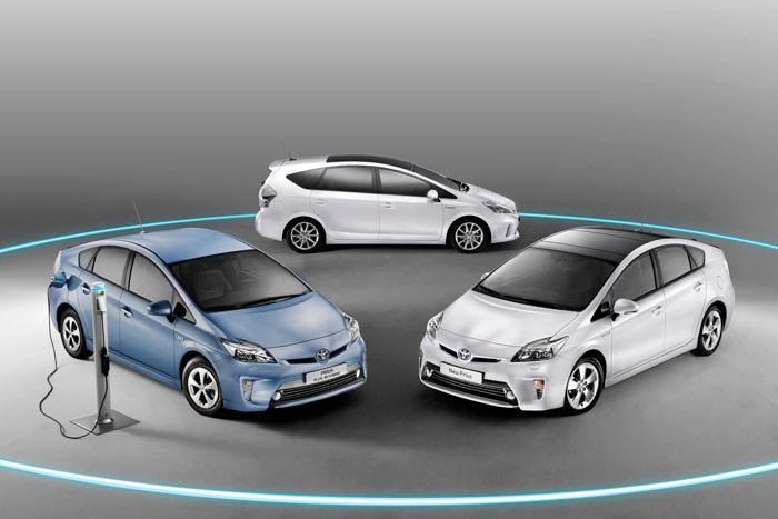 La familia Prius (versión 2012) al completo: al fondo, el Prius+ objeto de esta prueba; en primer plano, a la izquierda, el Plug-In recargable, y a la derecha, el modelo que pudiéramos considerar como básico de la saga.