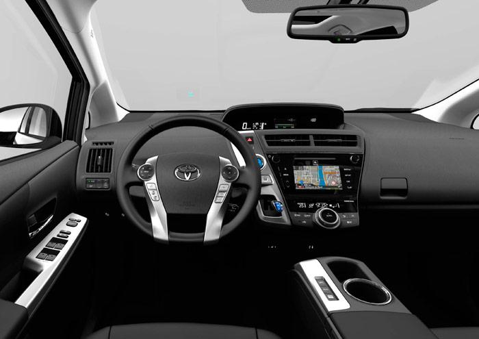 Resulta curioso que en este Prius+ (y también en los otros) la gran mayoría de mandos e instrumentación se concentren en la consola central frontal, en la puerta del conductor y en el volante, y ya algo menos en la consola horizontal entre los asientos. Por el contrario, las dos zona laterales del salpicadero quedan absolutamente vírgenes; eso permite, al menos, que cada conductor regule el volante a la altura que mejor le convenga, sin problemas de que obstruya la visión o la accesibilidad de instrumentación o mandos.