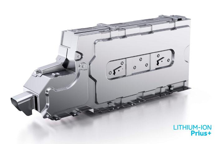El elemento clave de todo vehículo con propulsión total o parcialmente eléctrica: la batería. En el caso del Prius+, en forma de petaca totalmente paralelepipédica, y fuertemente blindada. Es del tipo de ion-litio, como en el Plug-In, y no de níquel-hidruro metálico, como en el Prius básico