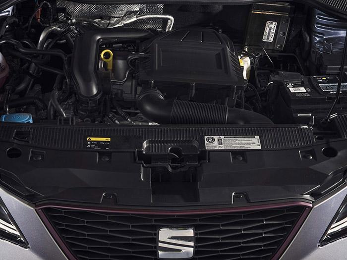 El diminuto motor tricilíndrico 1.0 turboalimentado queda casi oculto bajo la proliferación de carcasas, tuberías diversas y demás elementos periféricos.