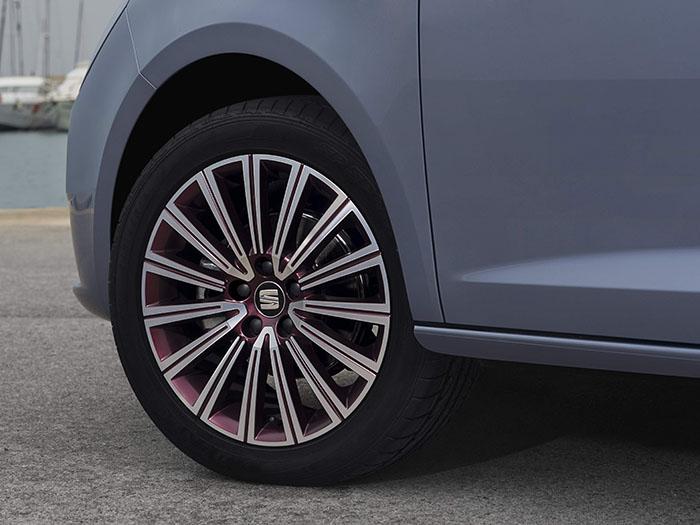 Este es exactamente el equipamiento que llevaba nuestra unidad de pruebas: un neumático Dunlop SP Sport Maxx 215/45-16 en una llanta de aleación que también recibe el toque de color lila identificativo del Blue Connect, llanta en cuyo interior se aloja el freno delantero de 288 mm.