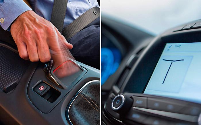 En Opel han cambiado el posible mando vocal del infotainment por el escrito, desde una pequeña pizarra situada en la consola central, tras de la palanca de cambios. Se puede manejar sin mirarla, pero a lo que sí obliga es a inutilizar la mano derecha para cualquier otra actuación, y durante un tiempo no despreciable, a poco largo que sea el mensaje.