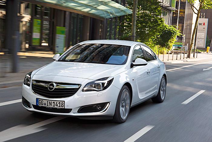 """Los ligeros retoque recibidos hace unos cuantos meses hacen que la estética del frontal del Insignia se aproxime todavía más al diseño corporativo que comparte con el resto de productos Opel (Corsa y Astra en particular); especialmente los faros con diseño de """"ojo de ave rapaz""""."""