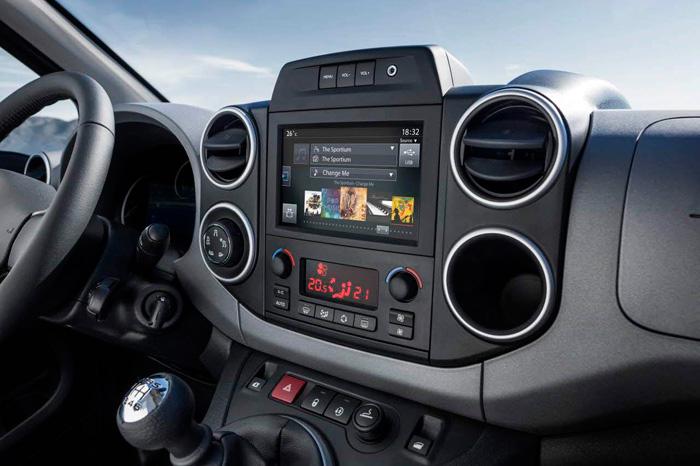 En la consola central vertical se acumulan la mayoría de los mandos, fácilmente accesibles tanto para el conductor como para su acompañante. La pantalla de navegador e infotainment es muy completa.