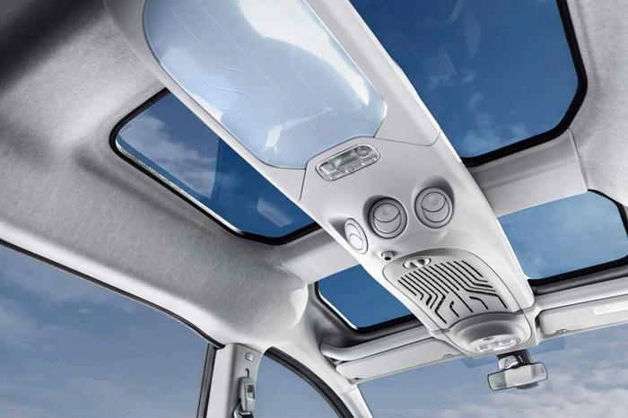 Gracias a la generosa altura libre interior, se dispone en el acabado Outdoor no sólo de cuatro zonas de techo solar, sino de una consola de techo en la que se incluyen iluminación y conductos de climatización.