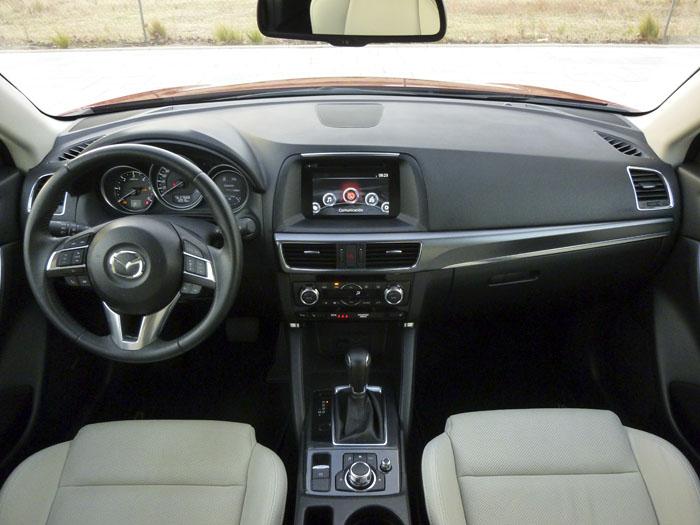 Mazda CX-5. En el CX-5, la pantalla táctil en color de 7 pulgadas es de serie.
