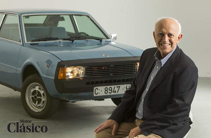 Antoni Amat, en el estudio fotográfico, frente a su creación. Con más de 80 años, se encuentra en plena forma, y aunque INDUCAR ya desapareció, continúa con su empresa de suministros varios para automoción.