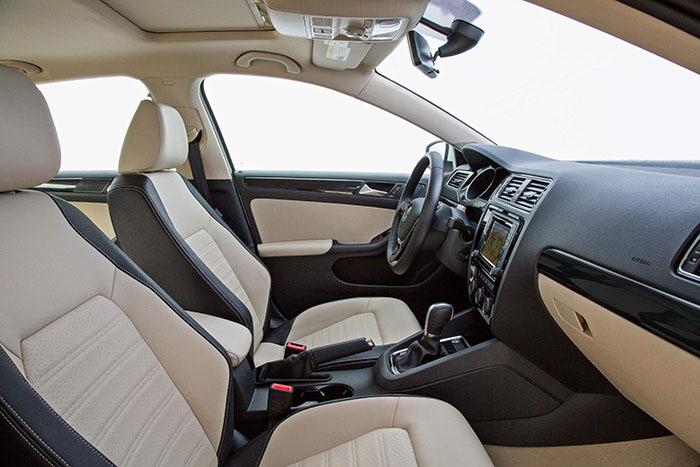 Como es habitual en los VW a partir del segmento C, las diferencias en el interior resultan prácticamente indetectables, salvo para expertos en la marca. El Jetta de esta foto, muy lujoso, dispone de cambio DSG, techo solar practicable y tapicería bicolor 100% de cuero.