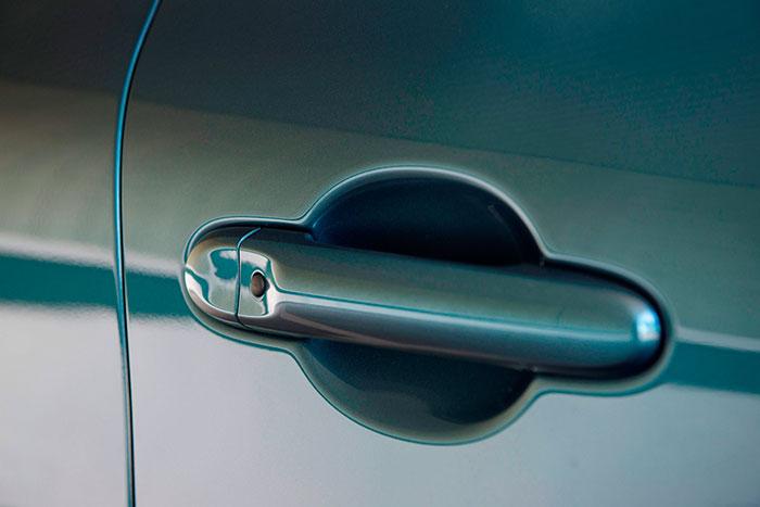 Aquí tenemos el pulsador para la entrada key-less. Un detalle de modernidad (como el botón de contacto, arrancada y parada del motor) que contrasta con la falta de luces de circulación diurna.