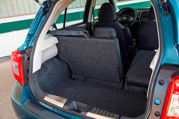El maletero tiene un cubicaje aceptable (265 litros), gracias a su cota vertical; pero el abatimiento del respaldo ni llega a la horizontal ni enrasa (por bastante) con el piso del maletero.