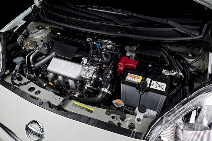 l pequeño tricilíndrico se aloja sobradamente bajo el capó, a pesar de las complicación del compresor y del intercooler; como en otros casos de coches de segmento A/B, no hay carcasas de plástico que oculten (ni insonoricen) la mecánica.