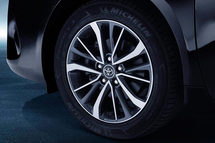"""Este es exactamente el equipamiento de ruedas que llevaba nuestro coche de pruebas: una Michelin Primacy-3 de 215/55-17 en llanta de 7"""", con el generoso disco de freno de 320 mm alojado en su interior."""