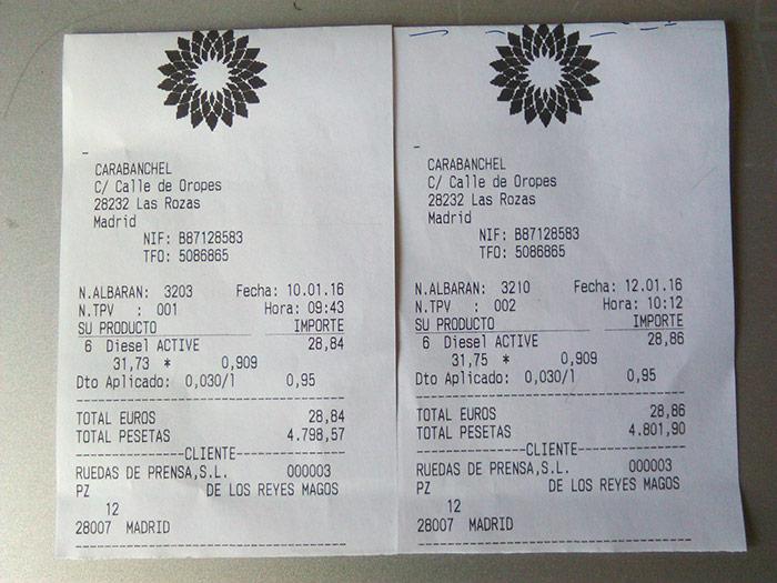"""Los dos tickets del suministro de gasóleo en las dos pasadas a ritmo """"interesante"""", con dos días de intervalo (y media hora de desfase a la hora de pagar a la llegada). La diferencia en coste es de dos céntimos de euro, y en volumen de gasóleo, de 20 centímetros cúbicos (un tercio de tacita de café solo), sobre un total de más de 30 litros."""