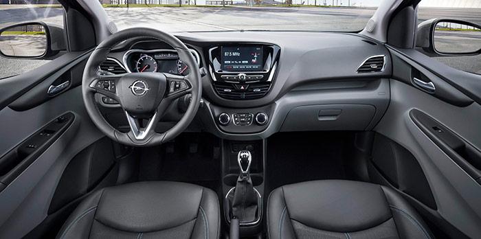 Para ser el modelo absolutamente mínimo de Opel -por debajo no ya sólo del Corsa, sino incluso del Adam- la presentación interior del Karl Selective es más que digna.