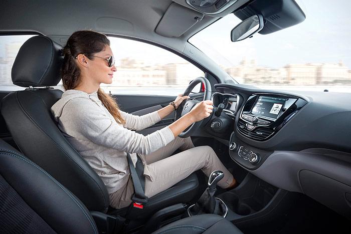 En el Karl se mantiene el arranque del motor con la clásica llave situada en la caña del volante, compartiendo funciones con el contacto y el bloqueo de la dirección.