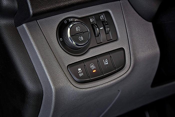 A la izquierda del volante están los mandos de luces y de ayudas a la conducción.
