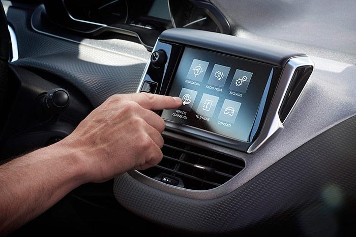 La pantalla central es de muy buen tamaño. Como todas las de manejo táctil, presenta un lamentable aspecto de huellas de dedos cuando el sol incide sobre ella; pero si se maneja con guantes, no responde al tacto.