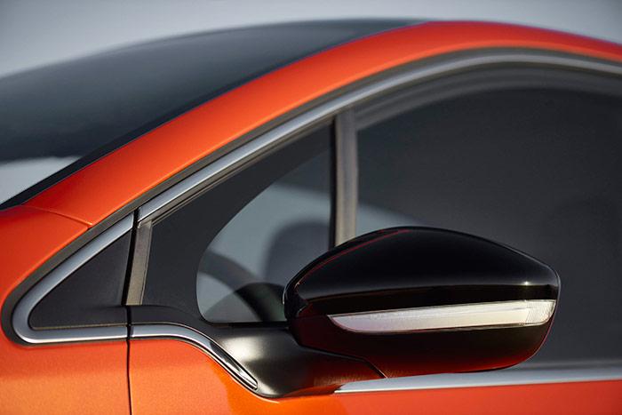 Esa especie de pico de ave rapaz, en la zona más avanzada de la luna lateral delantera, es un detalle característico del diseño de los nuevos Peugeot.