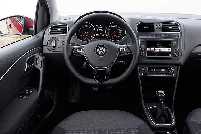 Como tantas veces hemos repetido, la estética del puesto de conducción de los coches VW tiende a mantenerse igual a sí misma tanto a lo ancho de la gama como a lo largo del tiempo, siempre con un diseño muy funcional, en tonos oscuros (básicamente negro) y sin brillos.