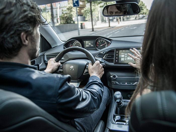 Aquí observamos cómo el cuadro se controla mirando por encima del volante, que la pantalla táctil es accesible por igual a conductor y pasajero, y la buena colocación del botón de arranque y parada del motor.